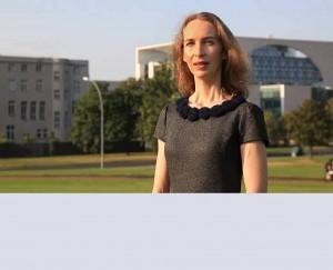 Stadtführer Berlin: Jana Klee, Portrait vor dem Bundeskanzleramt