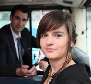 Foto vom Stadtführer. Im Hintergrund der Busfahrer auf einer Stadtrundfahrt Berlin.
